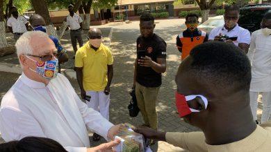 Photo of Kasapa Fm's Osomafo Agyenim Boateng donates 31,980 cedis to the Christ the King Leprosarium in Accra.