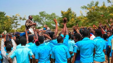 Photo of 'We also want to hear from you' – Students block Bawumia to address them